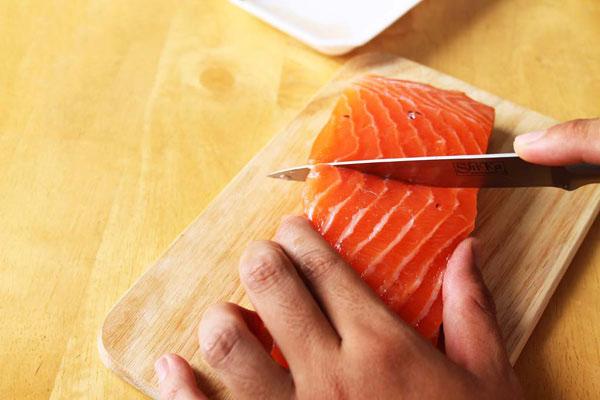 Thịt cá thái thành lát mỏng vừa ăn