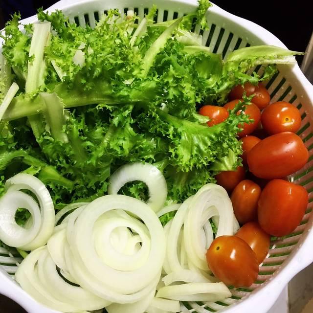 Các loại rau củ quả được rửa sạch, thái miếng vừa ăn