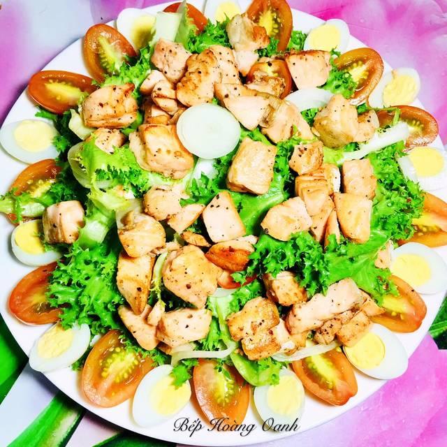 Hoàn thành món salad cá hồi kiểu truyền thống