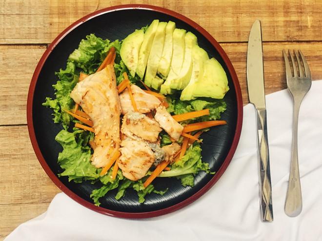 Món salad cá hồi bơ siêu ngon đã hoàn thành