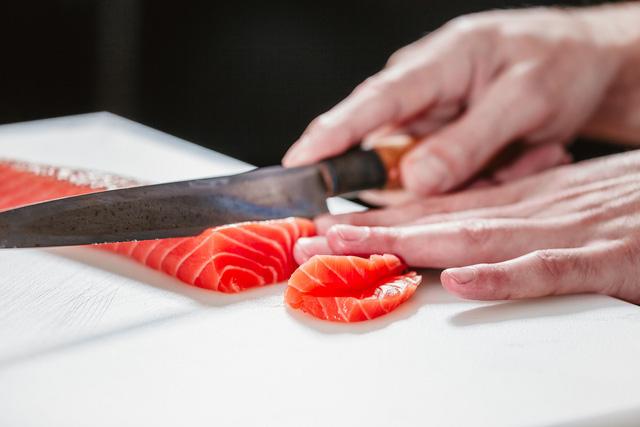 miếng cá hồi nên có độ dày 0,5cm