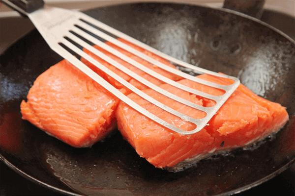 Bạn có thể luộc hoặc chiên cá hồi tùy ý