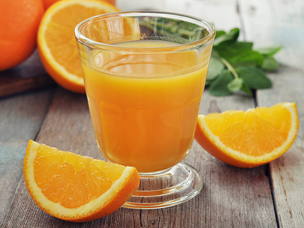 Uống nước cam sau khi ăn hải sản tối thiểu 2 tiếng là tốt nhất