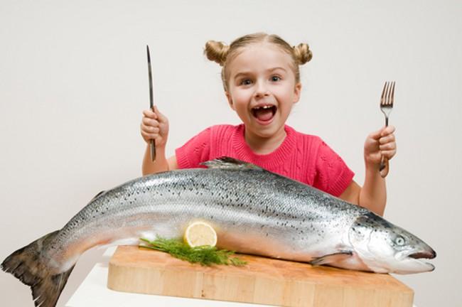 Mẹ chỉ nên cho bé ăn hải sản tươi ngon, không để đông lạnh quá lâu